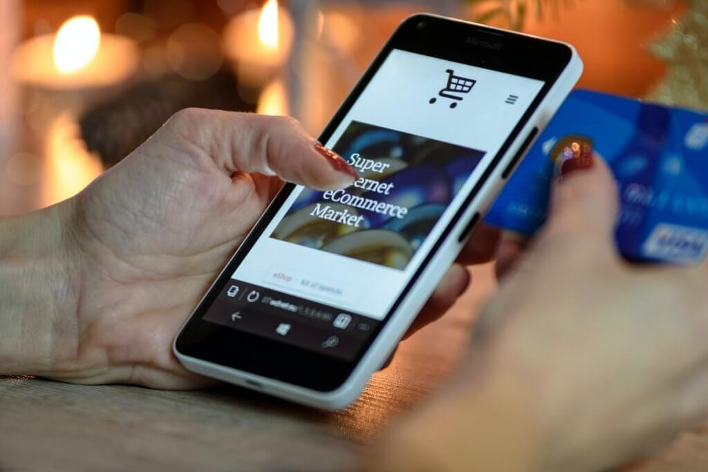 El desarrollo de tiendas online le permite a los consumidores hacer compras en línea desde la comodidad de su hogar